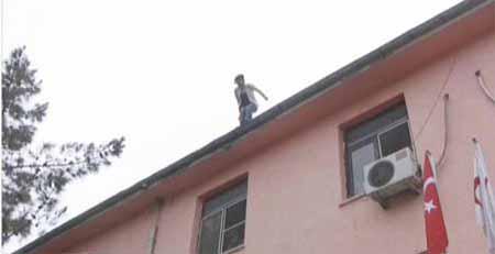 Rapor alamayınca çatıdan atladı 1