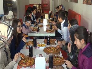 Midyat'ta Başarılı Öğrencilere Pizza Ödülü